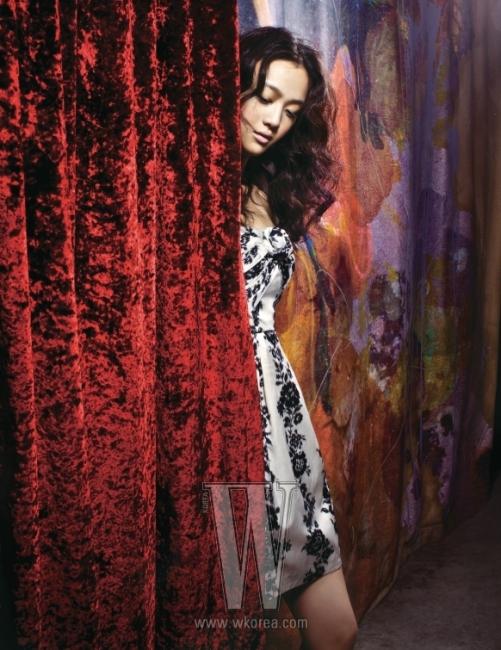클래식한 꽃 프린트의 뷔스티에 미니 드레스는 Jill Stuart 제품.