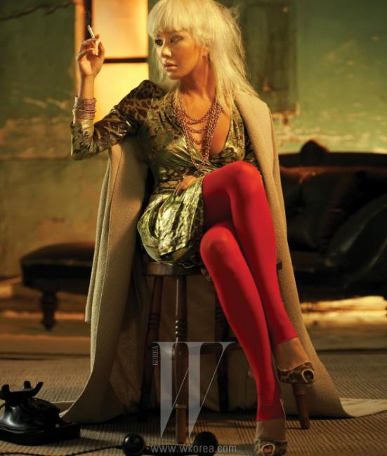 베이지색 롱코트는 Calvin Klein, 드레스는DVF, 호피 프린트의 슈즈는 Cesare Paciotti, 골드 체인 목걸이는 Ekatrina New York, 뱅글은 모두Accessorize, 반지는 모두 H.R. 제품.