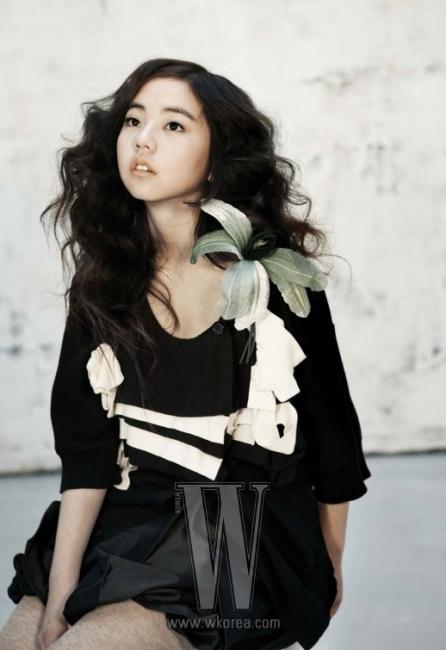 화이트&블랙 주름 장식의 니트 스웨터는 Sonia Rykiel, 스커트는 Bombyx M.Moore, 레깅스는 Isabel Marant 제품.