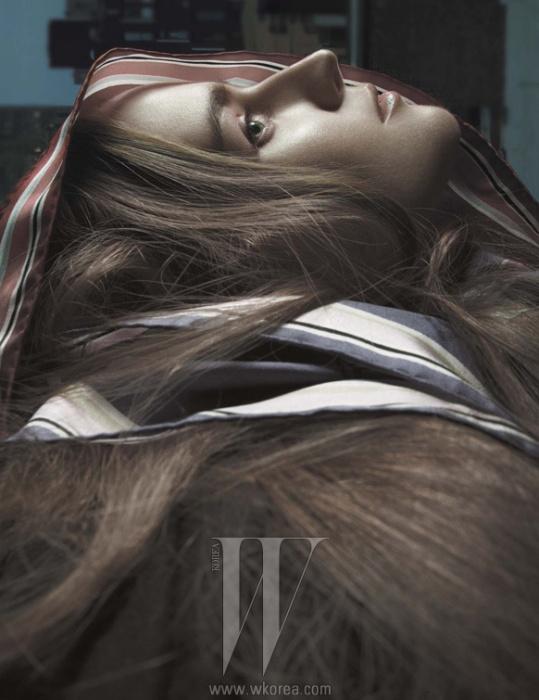 실크 스카프는 Louis Vuitton 제품.