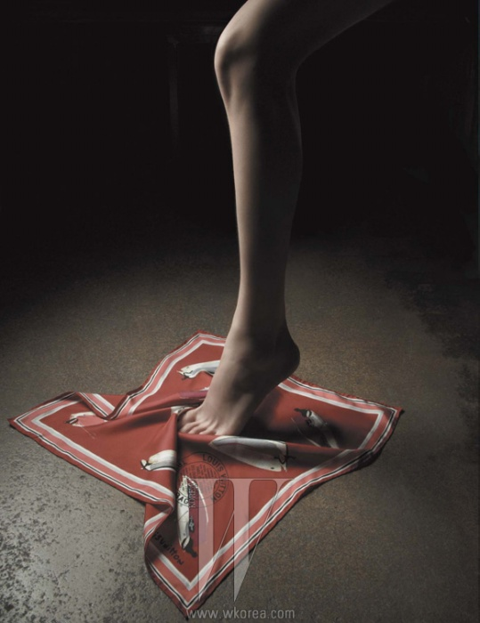 요트 프린트의 실크 스카프는 Louis Vuitton 제품.