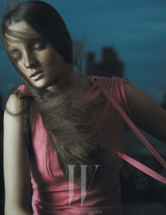 캐시미어 소재의 톱은 Louis Vuitton 제품.
