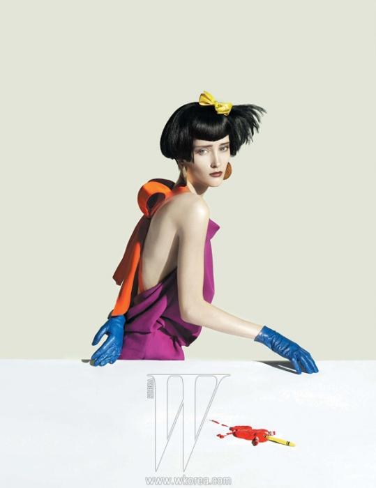 홀터넥 원피스 드레스는 Louis Vuitton, 장갑은 Agnelle 제품.
