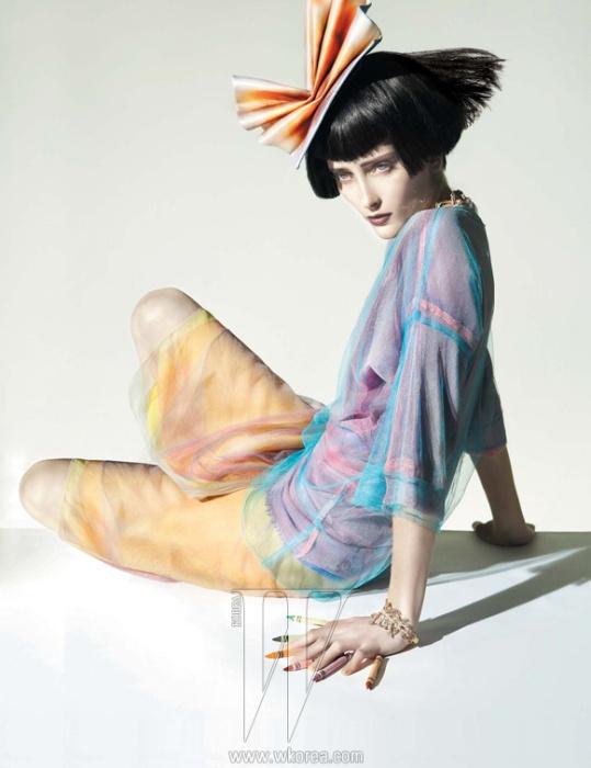 파스텔 톤의 튤을 레이어드해 더욱 오묘한 색감을 내는 톱과 스커트는 Louis Vuitton, 머리 장식은 Stephen Jones 제품.