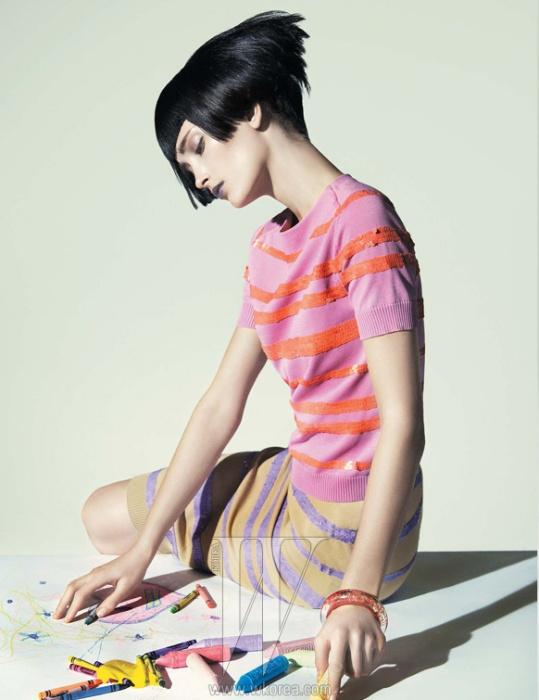 스팽글로 줄무늬 장식을 한 톱과 스커트, 뱅글은 모두 Louis Vuitton 제품.
