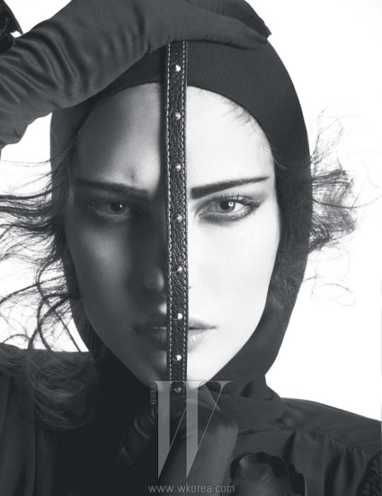후드가 달린 실크 크레이프 소재의 드레스는 Louis Vuitton 제품.