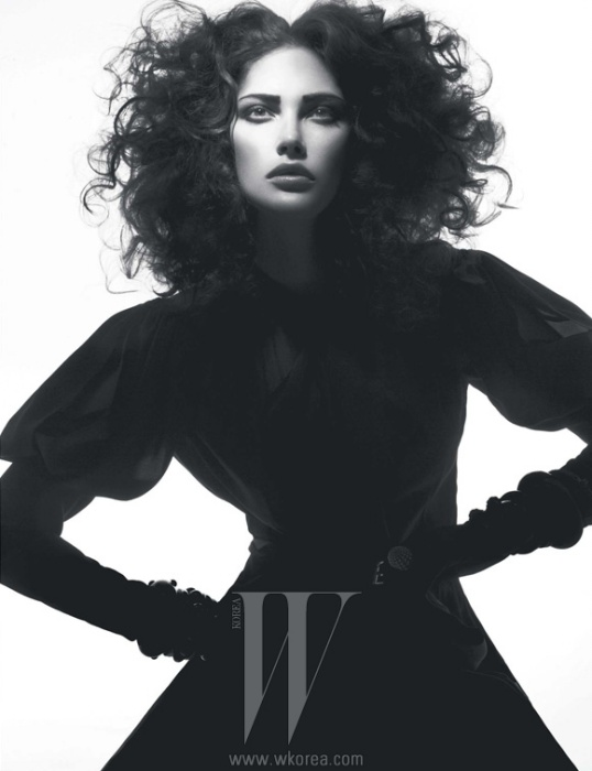 볼륨감이 풍성한 블라우스와 스커트는 모두 Louis Vuitton 제품.