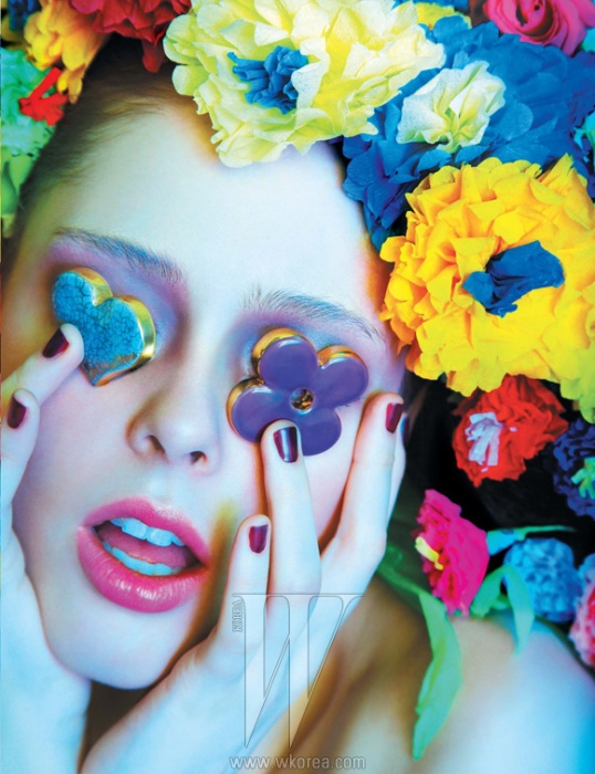 하트와 꽃 모티프 브로치는 Louis Vuitton 제품.