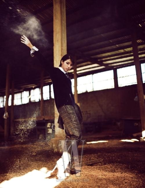 유니폼 느낌의 감색 니트 풀오버와 셔츠, 체크 패턴 수트와 가죽 부츠는 모두 Gucci 제품.