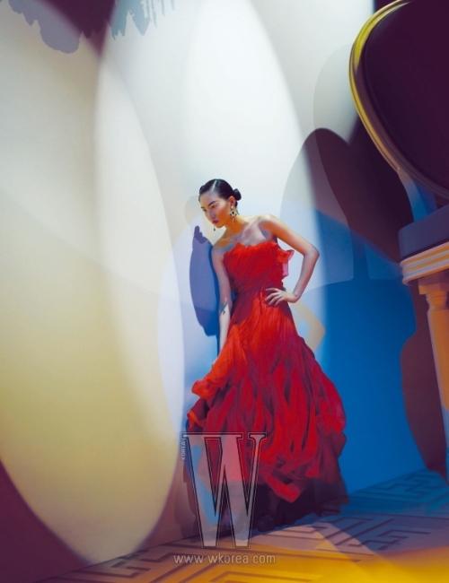 휘몰아치는 듯한 재단이 드라마틱한 드레스를 입은 김다울.