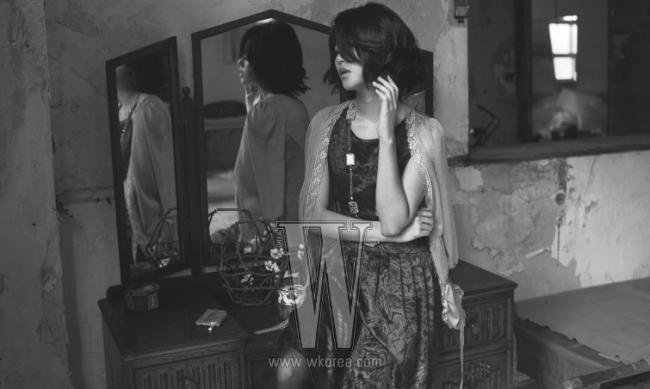 자줏빛 슬리브리스 드레스는 Etro, 레이스 트리밍 장식의 베이지 카디건은 Floce, 네모난 산호석이 연결된 골드 목걸이는 J.J. Queen 제품.