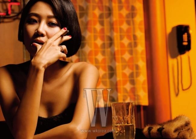 튜브톱 드레스는 Escada, 테이블 위에 놓인 밍크 트리밍 장갑은 Louis Vuitton 제품.
