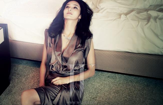 화려한 목걸이와 귀고리는 사랑과 애정의 고백을 뜻하는Chaumet'Attrape-moi'Collection 제품. 광택이 가미된 랩 스타일의 저지 소재 원피스는 Elie Tahari 제품.