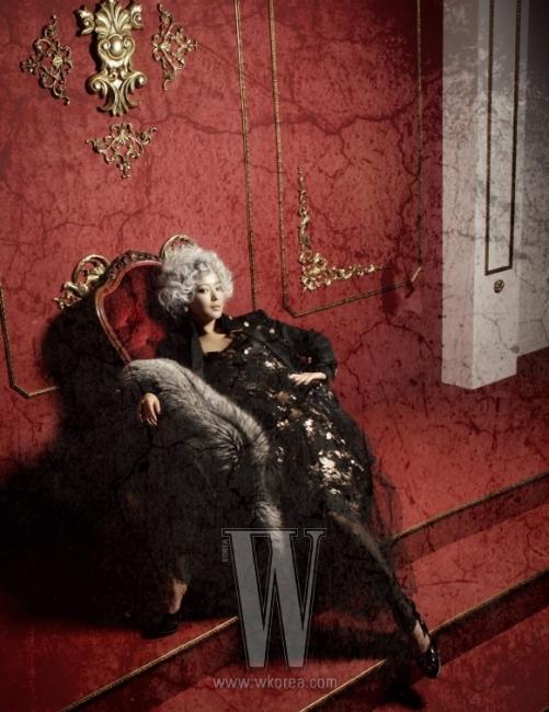 금박 장식의 튤 드레스는Marc Jacobs, 밀리터리 스타일의 코트는Dolce & Gabbana, 골드 귀고리는DeMain, 모피 스톨은 Fury, 오픈토 힐은 Mia Stiletto 제품.