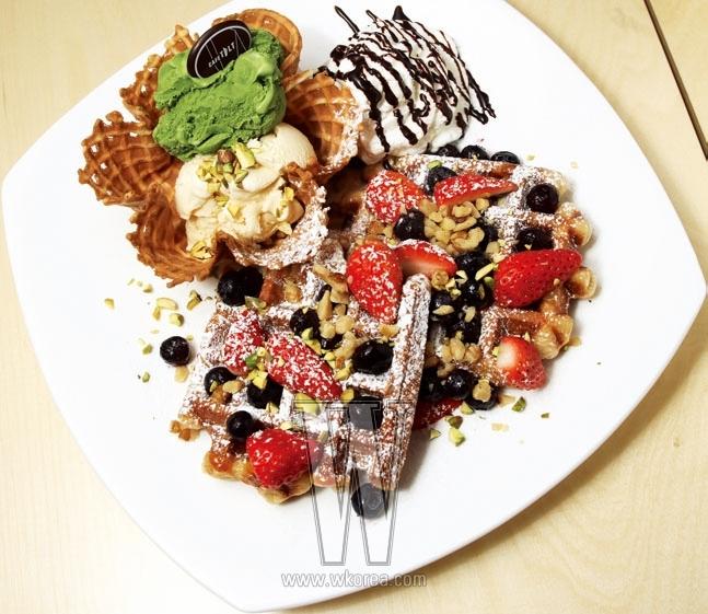 와플 볼에 아이스크림이 먹음직스럽게 놓인 '와플 속 와플'은 한번 손대기 시작하면 무섭게 무너뜨리게 되는 매력이 있다. 벨기에 와플 특유의 차지고 쫄깃쫄깃한 맛이다. 건강함이 꽉꽉 담겨 있는 과일 주스 혹은 향긋한 커피와 함께 즐기면 좋다.