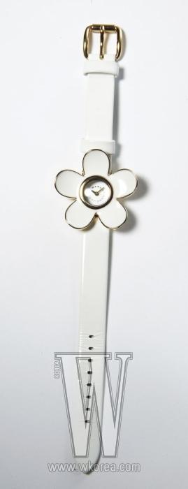 MARC JACOBS BY FOSSIL KOREA 하얀 꽃잎 모양이 여성스러운 시계. 34만원.