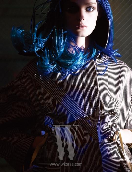 허리선을 스트링으로 조절할 수 있는 롱 재킷. Louis Vuitton 제품.