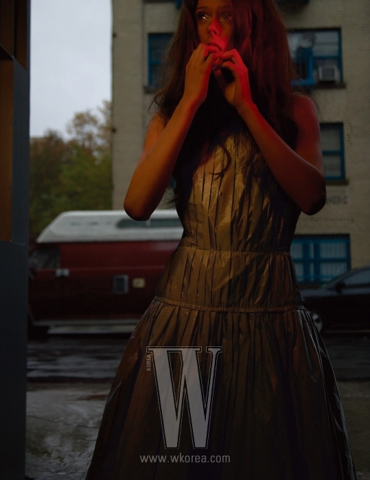 타프타 소재의 고급스런 광택의 드레스. Louis Vuitton 제품.
