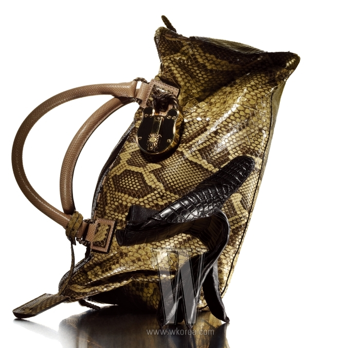 파이톤과 물뱀 가죽 소재의 아미백, 악어가죽 글러브는 모두 로에베 제품.
