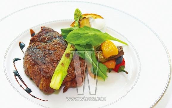 Ottimo 참숯에 구운 최상급 와규 등심 스테이크는 오띠모의 대표적인 메뉴다. 잘 익은 스테이크가 접시 위에서 맛있는 향기를 솔솔 풍기면, 채식을 결심했더라도 하루쯤 신념을 저버리고 싶어지는 건 어쩌면 당연한 일.