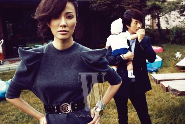 픽드 숄더 원피스는 Marc Jacobs, 버클 장식 벨트는Dior, 뱅글은 모두MZUU 제품. 권상우가 입은 더블 버튼 재킷, 흰색 셔츠는 모두Dolce & Gabbana, 팬츠는 Louis Vuitton 제품.