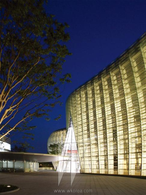 물결치는 파사드가 아름다운 국립 신미술관의 야경.