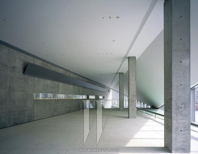 시시각각으로 변하는 빛이 투과되면서 공간의 표정까지 바꾼다.