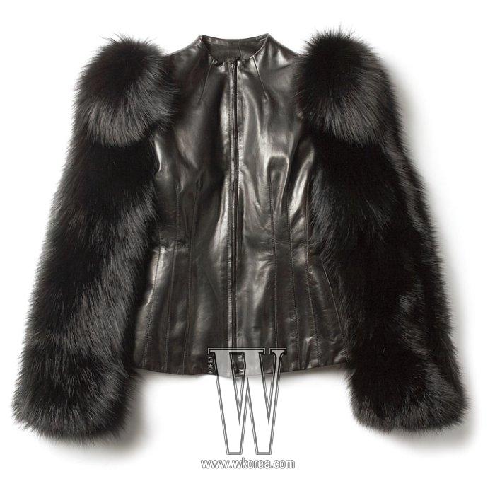 소매에 밍크를 달아 볼륨감을 살린 가죽 재킷은 알렉산더 매퀸 by 분더숍 제품.