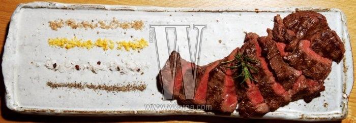 한우 등심으로 만든 스테이크, 쏘토 필레토는 스모크, 레몬, 올리브 이 세 가지 소금과 유기농 후추를 곁들인 맛있는 요리다. 부드러운 육질과 향긋한 소금이 어우러져, 별다른 소스 없이도 고기가 이렇게 맛있을 수 있다는 걸 알게 해준다.