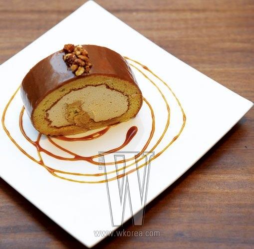 혼자 한입에 넣기에 딱인, 너무나도 앙증맞은 크기의 디저트 중에 가장 인기가 좋은 것은 캐러멜 롤 케이크. 마망갸또의 시그너처 디저트이기도 하다. 너무 달아서 느끼하고 텁텁한 대신, 가볍고 달콤해서 자꾸만 생각나게 만드는 매력적인 케이크다.