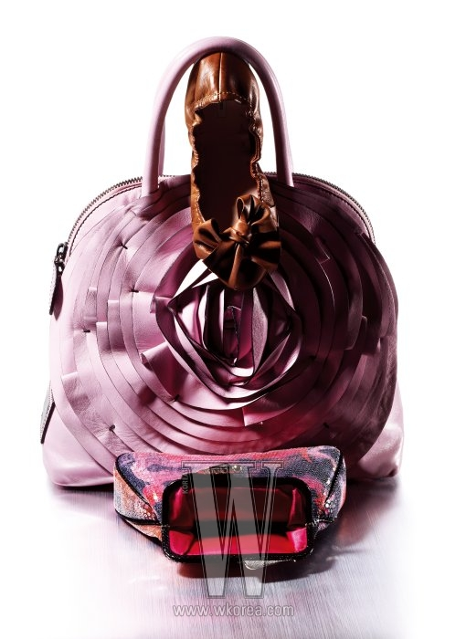 위부터|큼직한 가죽 소재의 리본이 달린 드라이빙 슈즈는 미우미우 제품. 만개한 장미를 형상화한 가죽 장식의 토트백은 발렌티노 제품. 비즈를 촘촘히 박아 흐드러진 장미 정원을 표현한 클러치는 펜디 제품.