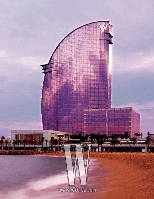 건축가 리카르도 보필이 디자인한 W바르셀로나의 모습