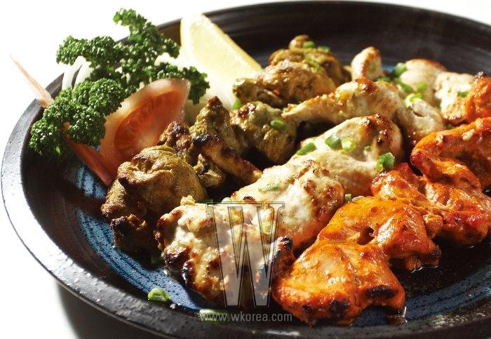 라씨에 재운 닭에 민트, 사프란, 레드 칠리 소스를 발라 화덕에서 구워낸 탄두리 띠까는 칼로 썰 필요가 없을 만큼 육질이 연하고 담백하다. 부드러운 맛의 양파 치킨 커리에 찍어 먹으면 더욱 좋다.