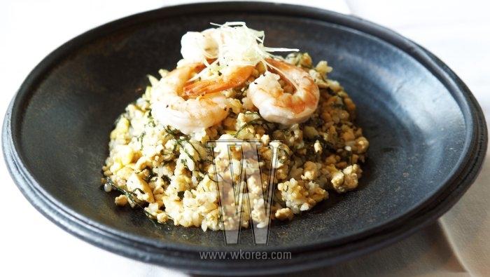 파 기름으로 요리하는 키친네뜨의 두부 볶음밥은 맛과 영양 모두에서 만족스러운 메뉴다. 칼칼하게 매운 닭갈비를 곁들이면 한 끼가 뿌듯해진다.
