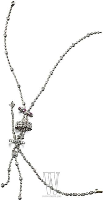위부터| 더블 드롭 네크리스, 플래티넘과 핑크 사파이어, 다이아몬드로 이루어진 스윙 링, 유연한 움직임의 세 겹 링, 팔목을 유연하게 감싸는 브레이슬릿, 프롱 세팅 다이아몬드 장식의 밴드 링은 모두 티파니 제품.
