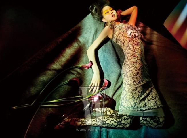 인조 진주와 러플이 화려하게 장식된 금빛 브로케이드 드레스와 검정 펌프스는 모두 Marc Jacobs 제품.