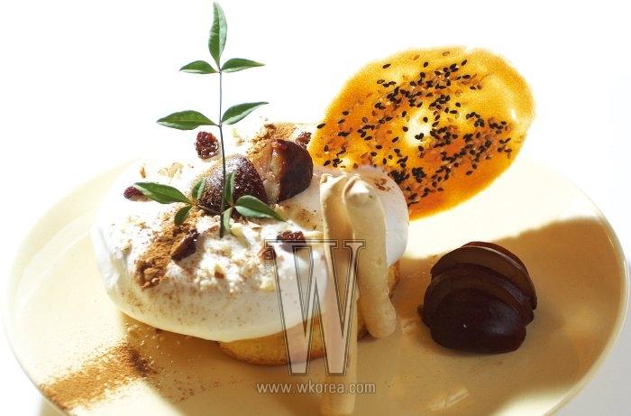 우라라에서 가장 인기가 좋은 메뉴라면 마롱 제노와즈를 꼽아야 할 거다. 직접 구운 케이크 위에 주문 즉시 만드는 생크림을 얹고 럼에 절인 밤, 깨가 범벅된 전병, 달고나 맛이 나는 머랭 스틱을 곁들인다. 장식용으로 꽂는 남천은 카페에서 직접 키운 것.