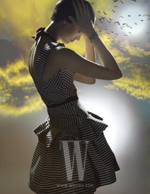 검은색과 하얀색의 스트라이프와 밑단의 러플 장식이 조화를 이룬 드레스는 Louis Vuitton 제품. 진주와 금빛 메탈 소재의 브레이슬릿은 에디터 소장품.