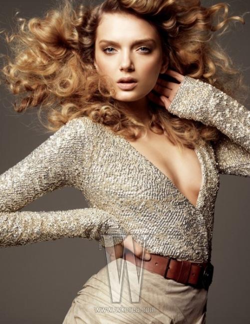 관능적인 V 네크라인이 돋보이는 은빛 시퀸 장식 톱과 베이지색 미니스커트, 갈색 가죽 벨트는 모두 Burberry Prorsum 제품.