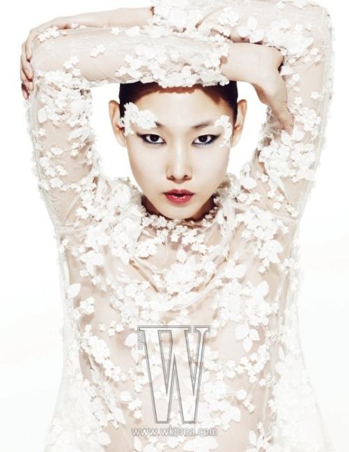 Eun Jeong 런던 패션 프린지의 우승자로 한국 패션계에도 잘 알려진 홍은정은 현재 런던 컬렉션에서 정식 런웨이를 펼치는 유일한 한국 출신의 독립 크리에이티브 디렉터이다. 고급스러운 튤 소재에 섬세한 꽃 장식을 더한 톱은 은정의 S/S 컬렉션 작품이다.