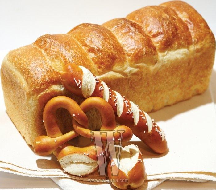 식빵 '브라운 브레드' 는 비닐 에 싸서 냉동보관해두었다가, 전자레인지에 서 해동한 후 토스트를 해 먹을 때 가장 맛있다. 매일 아침 생크림과 우 유로 만들어낸 밀크쨈을 발라 먹으면 달콤하기까지!