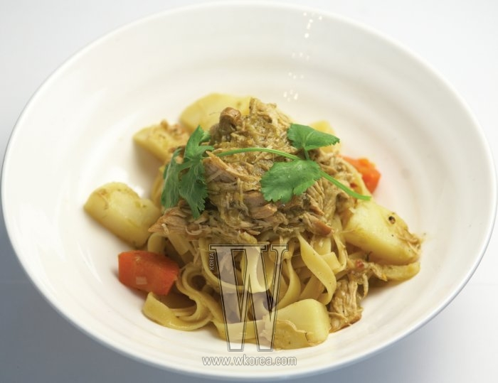 '찜닭 파스타' 는 쌉싸래한 고수의 향과 짭짤한 닭고기, 그리고 적당히 삶아져 쫀득하게 씹히는 파스타면이 한데 어우러지는, 노아에서만 맛볼 수 있는 대표 메뉴다.