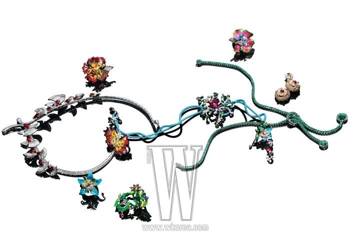1| 라운드와 바게트 컷 다이아몬드, 페어 셰이프 루비를 세팅하여 발레리나들의 우아한 군무를 표현한 퍼레이드 네크리스는 반 클리프&아펠 제품. 2| 화이트 골드, 다이아몬드, 스피넬, 래커 소재로 이루어진 밀리 카르니보라 라인의 반지는 디올 파인 주얼리 제품. 3| 화이트 골드, 다이아몬드, 래커 소재로 만개한 꽃을 형상화한 카르니보라 라인의 반지는 디올 파인 주얼리 제품. 4| 루비, 사파이어, 산호로 블랙 포레스트 케이크 모양을 만들고, 그 위에 다이아몬드 소재 휘핑 크림을 얹은 게떼 파리지엔 컬렉션의 쟌느 드롭 이어링은 부쉐론 제품. 5| 화이트 골드에 아바 모티프의 최상급 에메럴드가 파베 세팅된 아바 스카프 네크리스는 부쉐론 제품. 6| 화이트 골드, 다이아몬드, 차보라이트 가닛, 래커로 이루어진 밀리 카르니보라 라인의 포이즈너스 네크리스는 디올 파인 주얼리 제품. 7, 8| 옐로 골드, 다이아몬드, 옐로 투르말린, 루벌라이트, 래커 소재의 밀리 카르니보라 라인의 반지와 귀고리는 모두 디올 파인 주얼리 제품. 9| 다이아몬드, 시트린, 사파이어, 루벌라이트, 차보라이트 가닛, 래커 소재의 밀리 카르니보라 라인의 반지는 디올 파인 주얼리 제품.