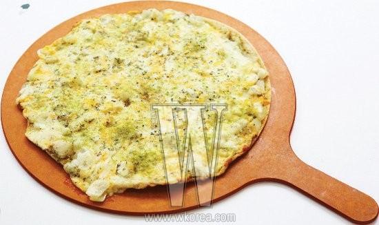 4가지 치즈의 고소함과 4가지 허브의 향긋함이 잘 어우러지는 그린 허브 피자는 짜거나 느끼하지 않아 자꾸만 손이 가고, 다 먹은 후에도 더부룩하지 않다.