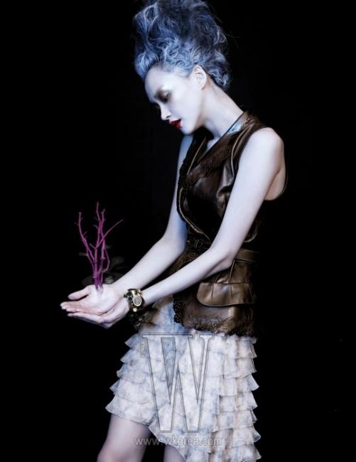 레이스 효과를 준 펀칭 장식의 가죽 베스트와 러플 장식의 미니 스커트, 조형적인 메탈 팔찌는 모두 Dior 제품.
