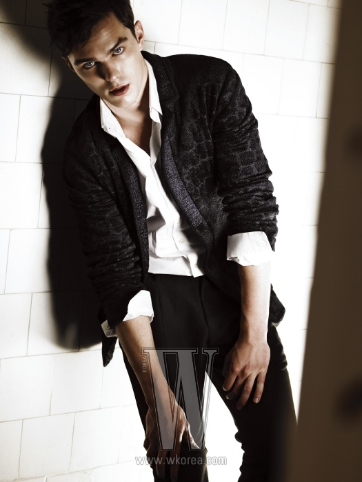 남색 크로커다일 패턴 재킷은 Giorgio Armani, 화이트 셔츠는 Paul Smith, 독특한 질감이 돋보이는 검정 팬츠는 Emporio Armani 제품.