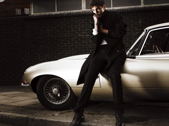 은은하게 빛나는 재킷은 Lanvin, 화이트 셔츠는 Richard James, 캐시미어 소재의 검정 팬츠는 Louis Vuitton, 갈색 레이스업 앵클부츠는 Kenzo Homme 제품. 롱코트는 니컬러스 홀트 본인의 것.