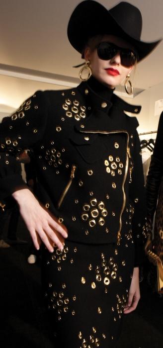 1. 1980년대 바이커 재킷은팝 아이콘들의유니폼과도 같았다.셰어와 마돈나 역시 바이커재킷에 열광한 스타들.2. 2011 S/S 버버리 프로섬남성 컬렉션은 바이커 재킷을메인 테마로 선택했다.3. 1928년 태어난 바이커재킷의 원조' Perfecto'.