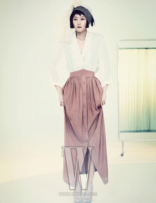 Paul&Alice 2011 S/S시즌 'Unknown Woman'을 주제로 한 디자이너 주효순. 1920년대를 연상시키는 부드러운 실루엣이 폴&앨리스의 컬렉션을 주요하게 관통하는 키워드다. 허리에 주름이 잡혀 유려하게 떨어지는 단추 장식의 스커트, 테일러드 칼라가 눈에 띄는 화이트 셔츠, 머리에 장식한 스카프는 모두 Paul&Alice, 캐멀색 펌프스는 Marni 제품.
