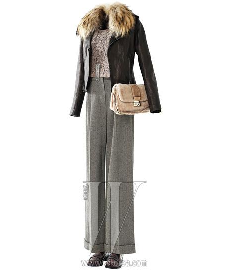 장식의 바이커 재킷은 띠어리 제품. 가격 미정. 홈스펀 소재의 와이드 팬츠는에르메스 제품. 가격 미정. 짙은 와인빛 로퍼는 토즈 제품. 60만원대. 크리스털 장식의 긴 목걸이는 구호 제품. 20만원대. 모피가 전면에 장식된 숄더백은 디올 제품. 1백만원대.